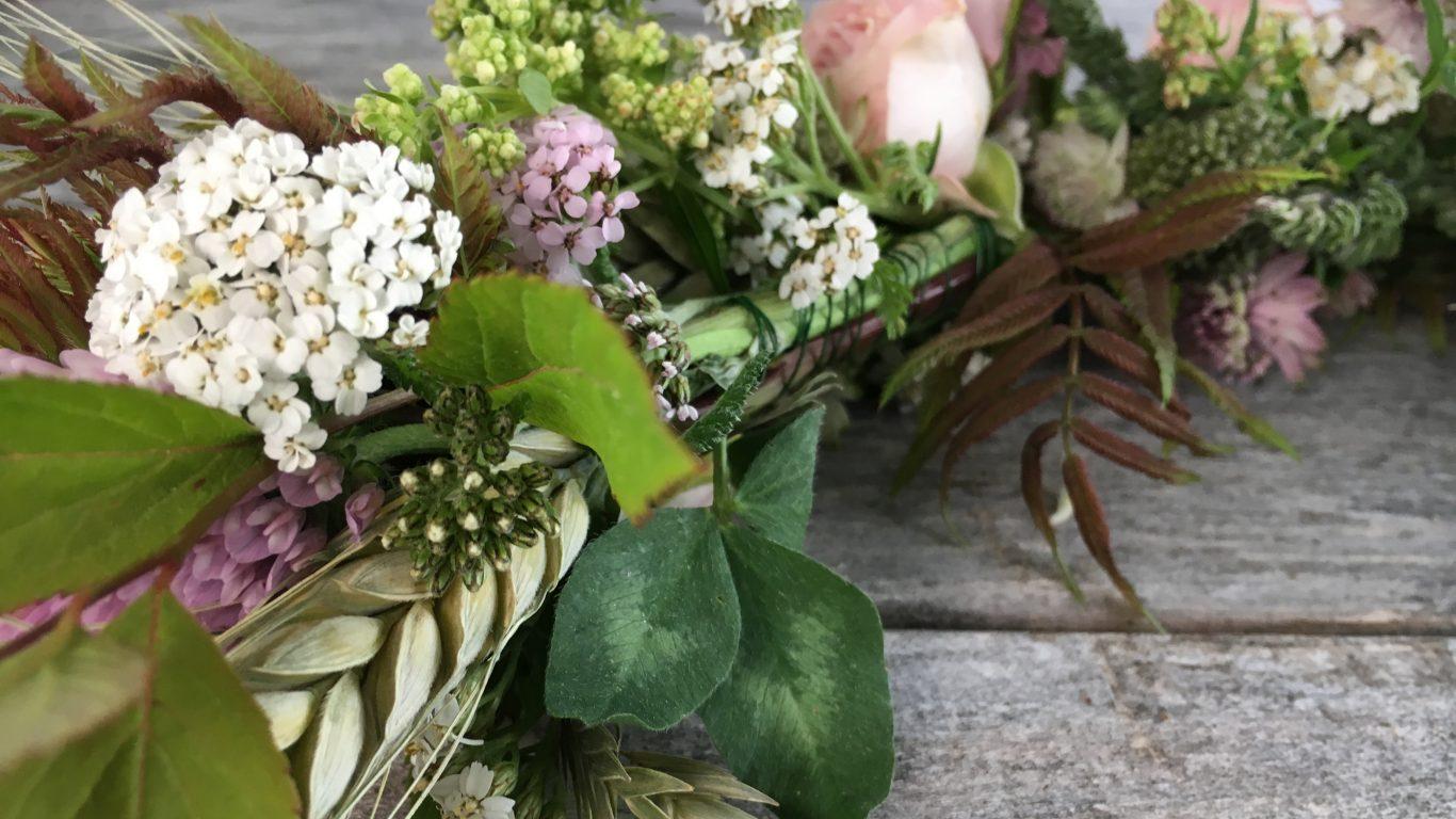 Enkla instruktioner hur du binder en blomsterkrans