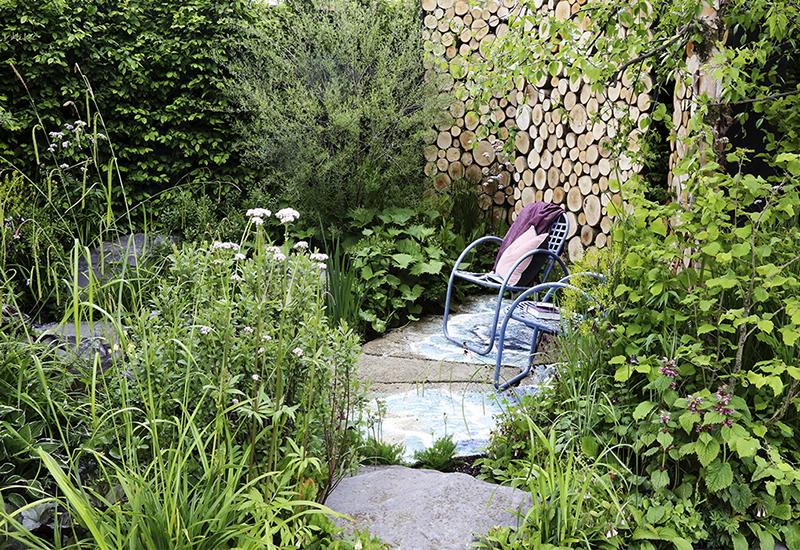 Rama in en del av trädgården som en avkopplingshörna