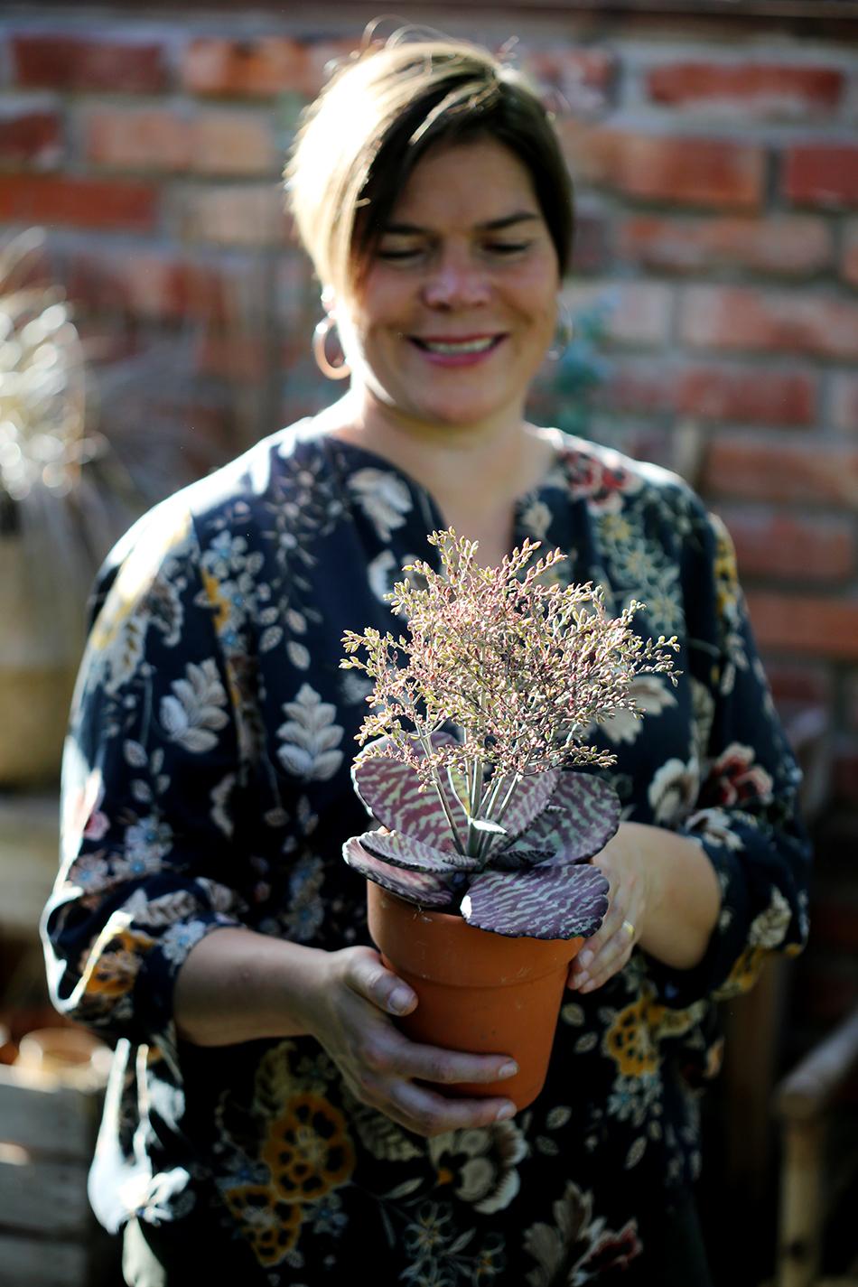 Trädgårdsjournalisten Johanna Vireaho med en kruka i händerna